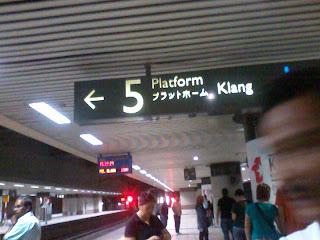 Platform menunggu di KL Central, orang ramai di Kl Central