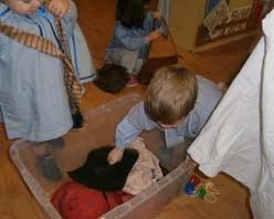 Primer ens disfressarem amb les peces de roba, corbates, mocadors i barrets que tenim a l,'aula i barrets