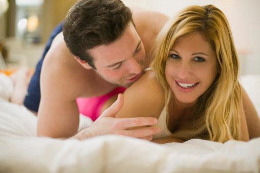 casal sorrindo na cama
