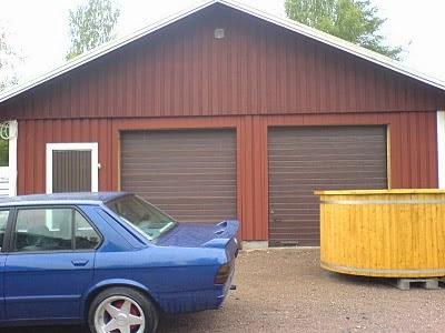 Spottar ovanför garageport