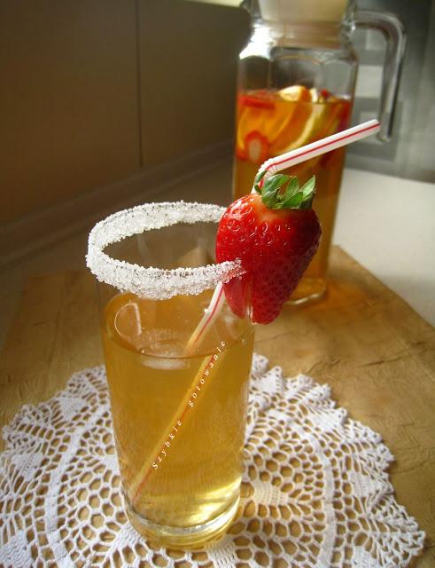 Domowa herbata mrożona z truskawkami