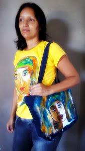 Pintura estilizada em camisa e bolsa