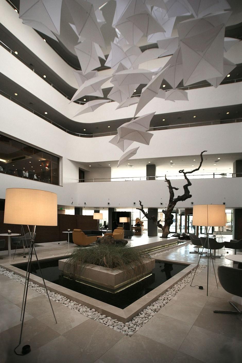 Hogares frescos lobby del hotel radisson por tanju zelgin for Diseno de interiores hoteles