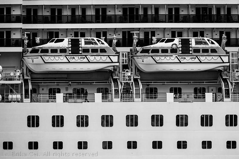 grattacielo galleggiante ormeggiato a Trieste