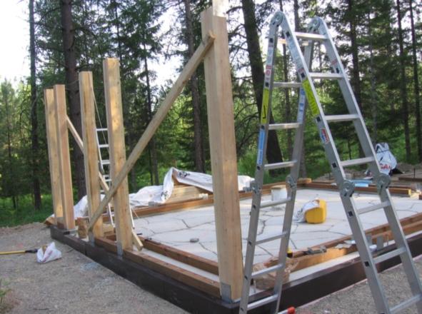 Крепится мауэрлат (нижняя обвязка) и устанавливаются вертикальные  балки брус 10х10. предварительно закрываем цоколь  металлическим или пластмассовым декоративным покрытием