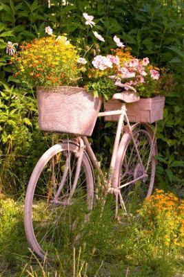 Decorar el jardín con bicicletas