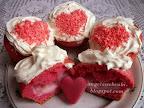 Valentin napi muffin recept, tutti frutti pudinggal töltve, tejszínhabbal és pirosra festett kókuszreszelék a tetején.