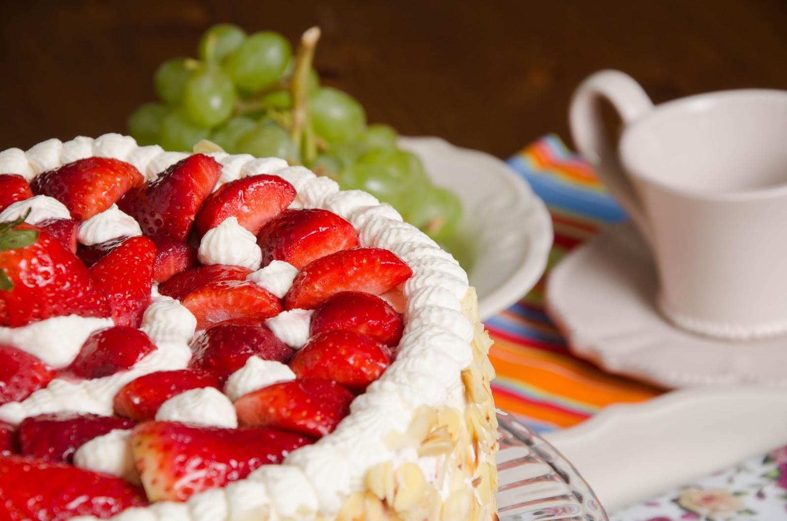 Tort waniliowy z truskawkami