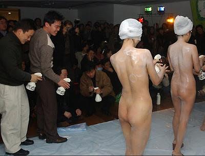 dicopasdong.blogspot.com - Promosi Sabun di China : Telanjang di Depan Umum !!