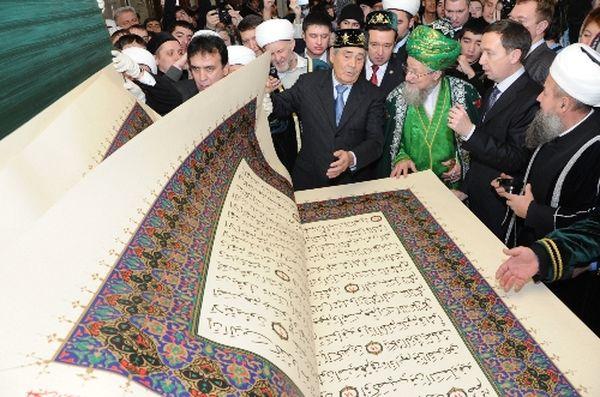 أكبر نسخة من القرآن الكريم في العالم, تحفة فنية في 800 كلج من المرمر وورق الذهب والنفائس (صور + فيديو)