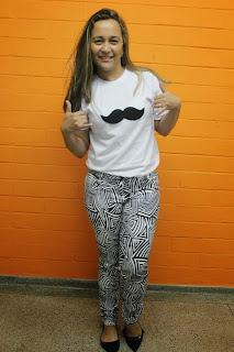 calça estampa etnica e camisa mustache