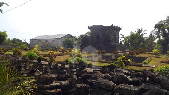 Foto Candi Badut dan Arcanya yang berada di dalam kompleks Candi Badut kota Malang.