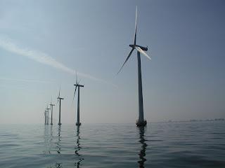 fotografia de aerogeneradores marinos