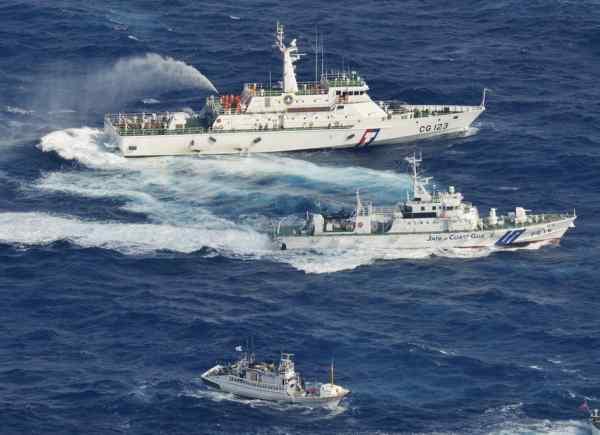 Taiwan Jepang Saling Serang Menggunakan Water Cannon