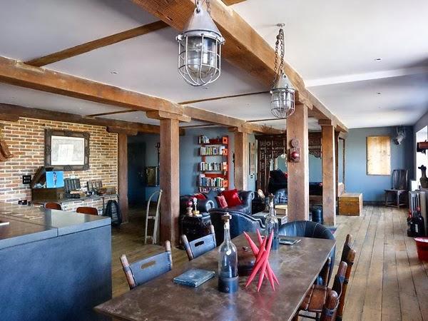 Cegła we wnętrzach loftu z drewnianymi elemenatami konstrukcyjnymi