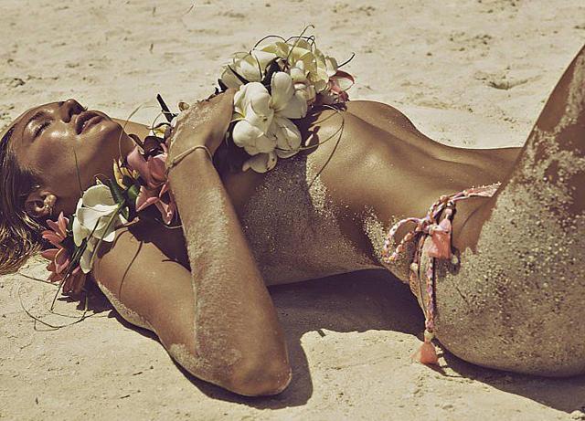 Candice Swanepoel en topless