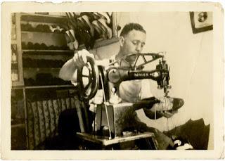 El abuelo del director Rodríguez haciendo zapatos en La Habana.