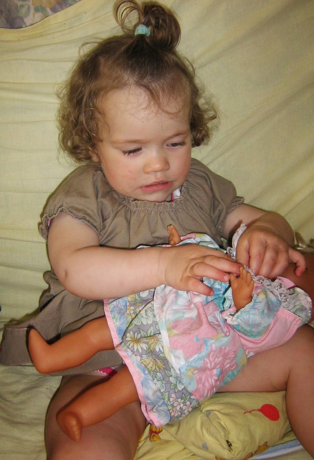 bambin imitation jeu bébé intéressant capacités langage