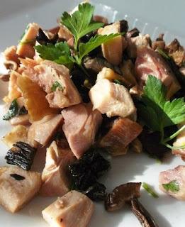 Салат с копченым окорочком и маринованными грибами