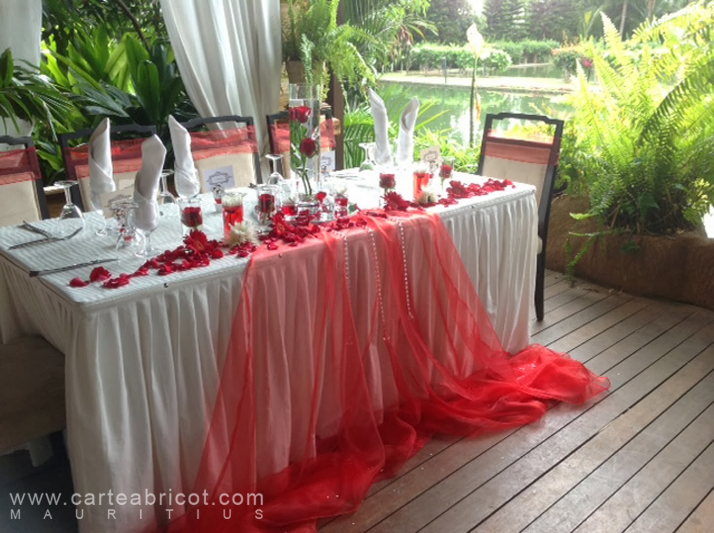Mariage en rouge et blanc carte abricot wedding planner - Decoration de table pour mariage rouge et blanc ...