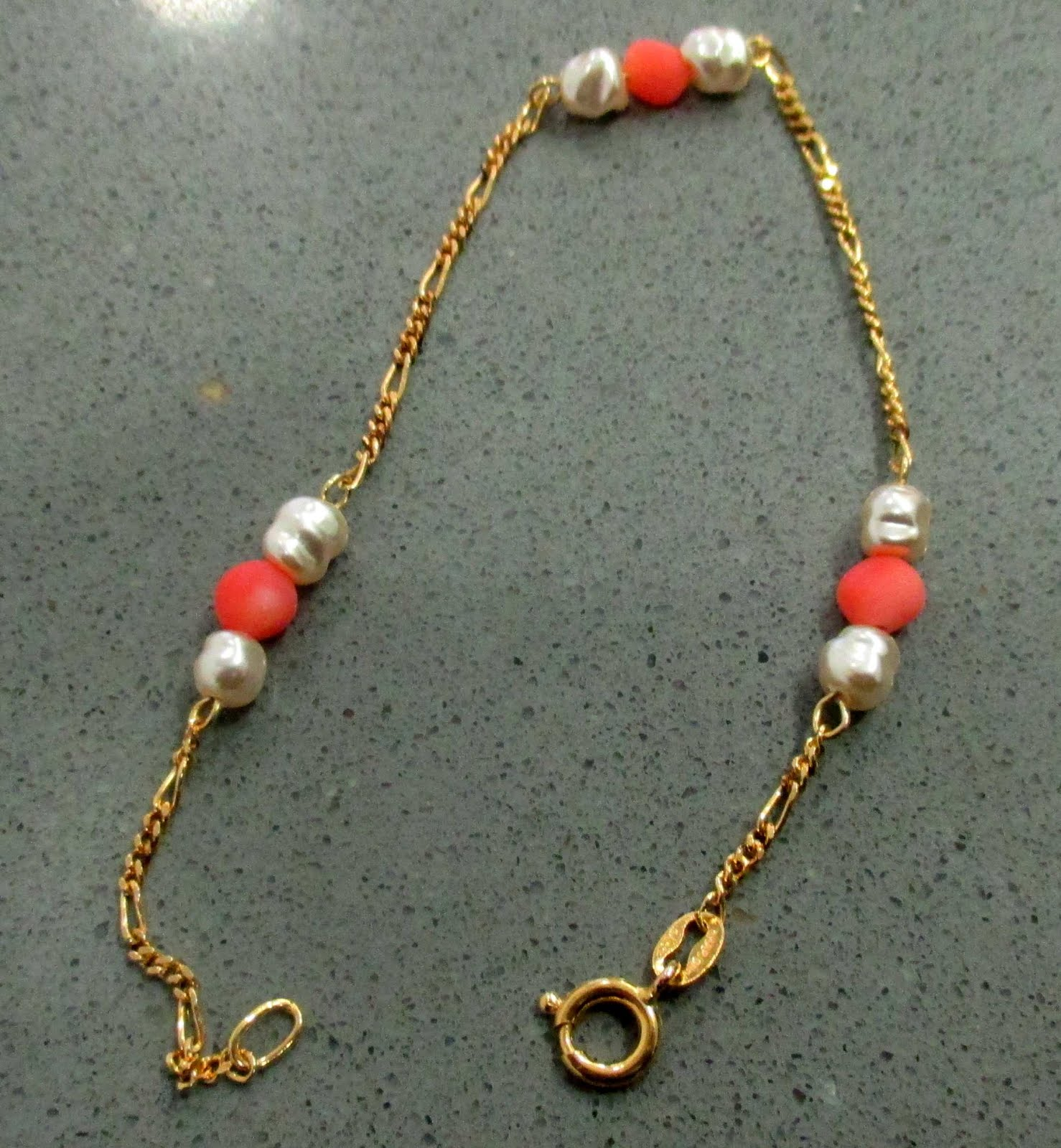Pulsera chapada oro con perlas y coral