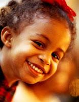 """""""A melhor maneira de tornar as crianças boas, é torná-las felizes."""" (Oscar Wilde)"""