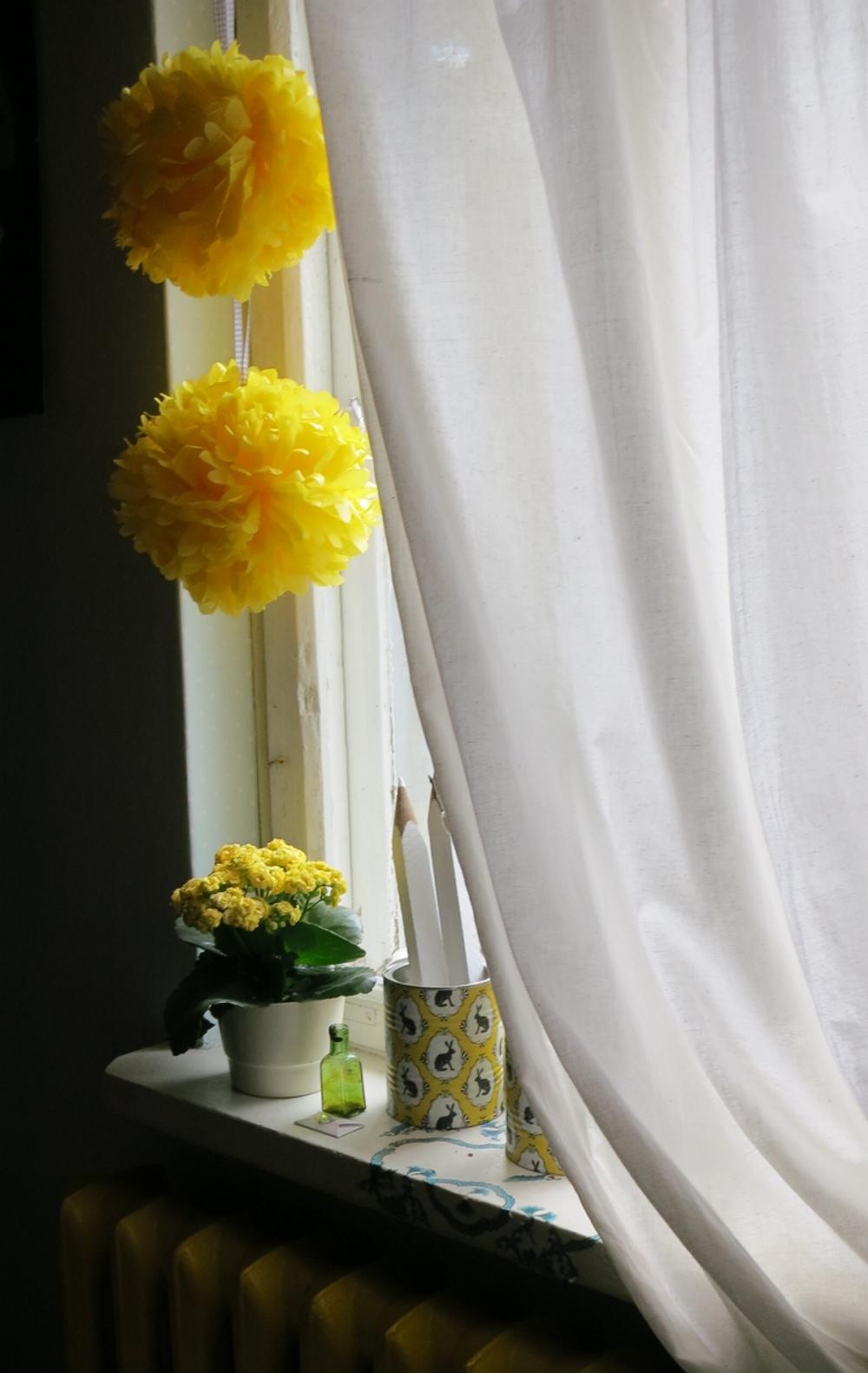 żołte, białe i czarne motywy wielkanocne dekoracyjne, girlandy papierowe i puszki decoupage