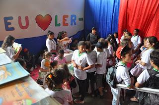 Estudantes da rede municipal se encantam com histórias na 1ª FLI Serrana.