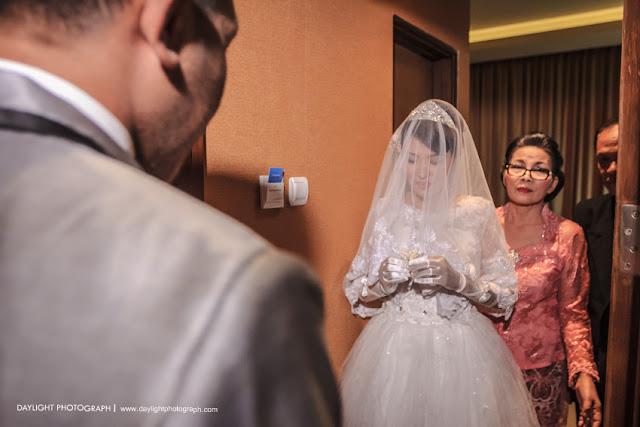dewi menyematkan bunga di jas mike sebelum prosesi pemberkatan pernikahan mereka di gereja adven yogyakarta