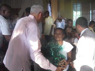 Diputado Guillén distribuye canastas y exhorta a celebrar en unidad familiar estas navidades