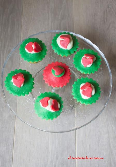 cupcakes de vainilla con cobertura de mazapan