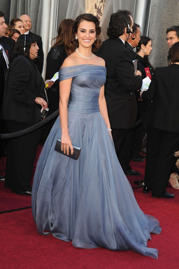 74b68eb9860 Oscars 2012 - Penelope Cruz is breathtaking in a periwinkle Armani Prive  gown