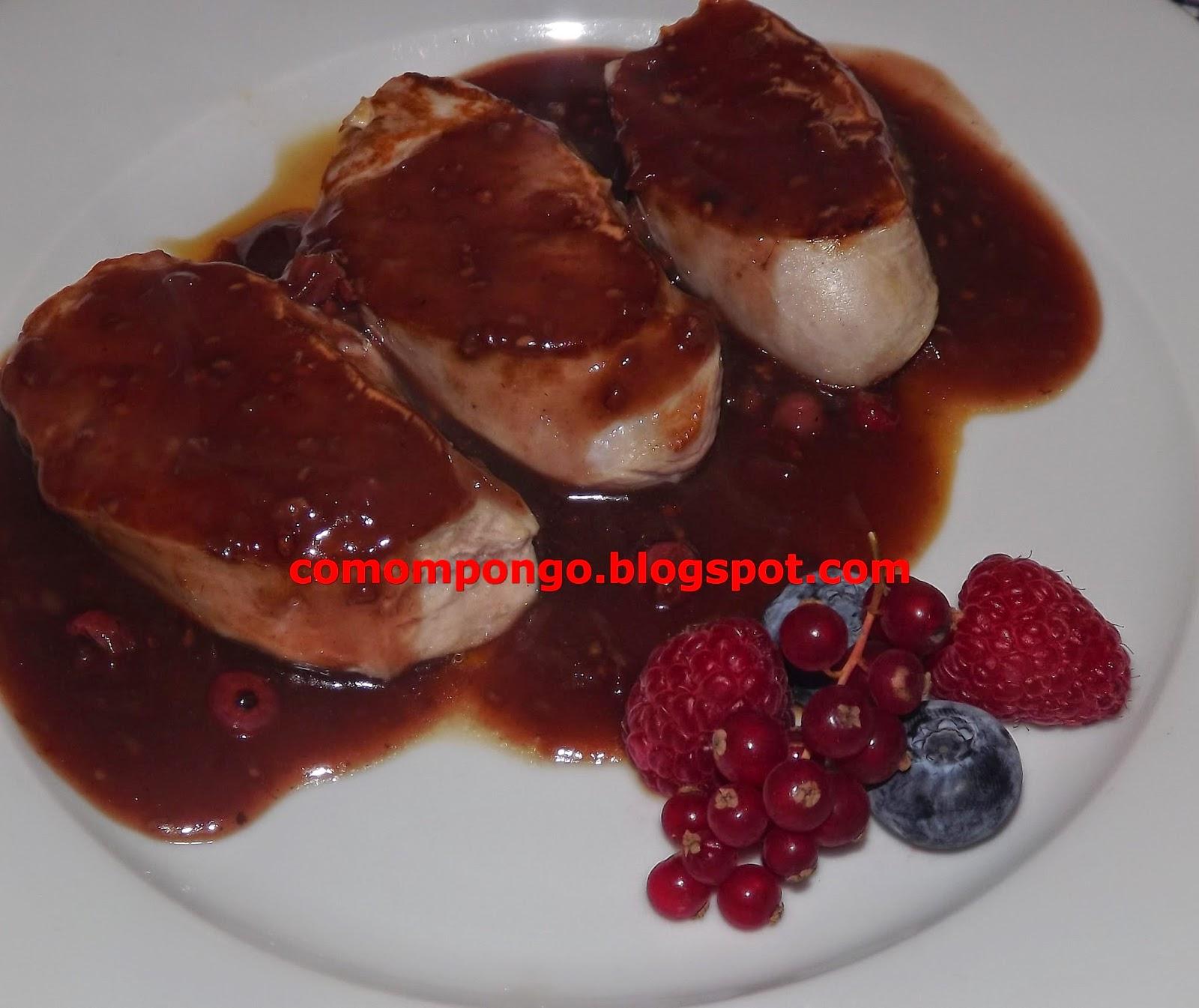 Solomillo de cerdo con salsa de frutos rojos.