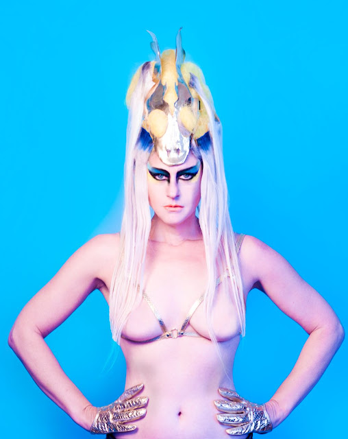 "Assista ""Light In Places"", novo clipe da Peaches!"