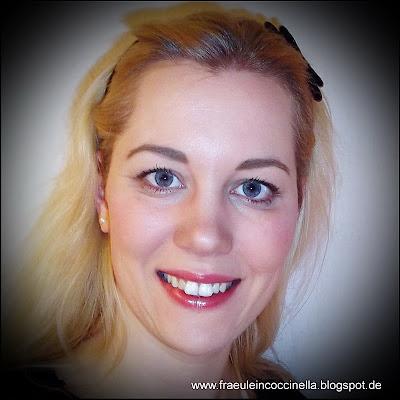 Christine Kunkel MUA Visagistin Maskenbildnerin Make Up Artist Advent Grüße On tour unterwegs Blush Rouge Lippenstift Augenbrauen Kontur Contouring Mascara