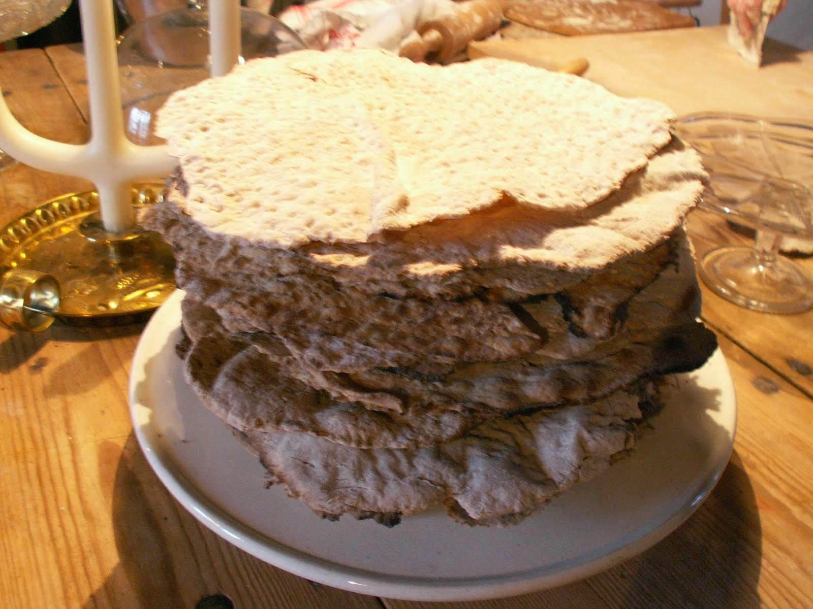 Knäckebröd bakat i vår vedeldade stenugn