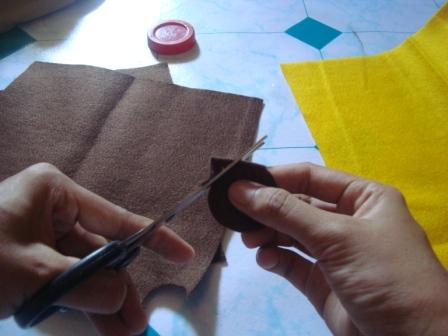 gunting juga kain yang coklat ukurannya lebih kecil daripada yang ...