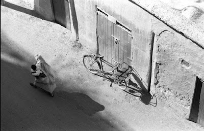 Street View, Morocco.  Photo taken with Nikon 50mm/f1.4 AIS standard lens.  © Graham Dew 1991