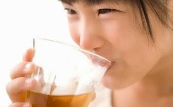 Anak minum teh
