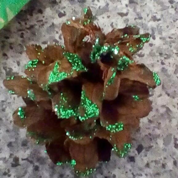 make glitter pine cones