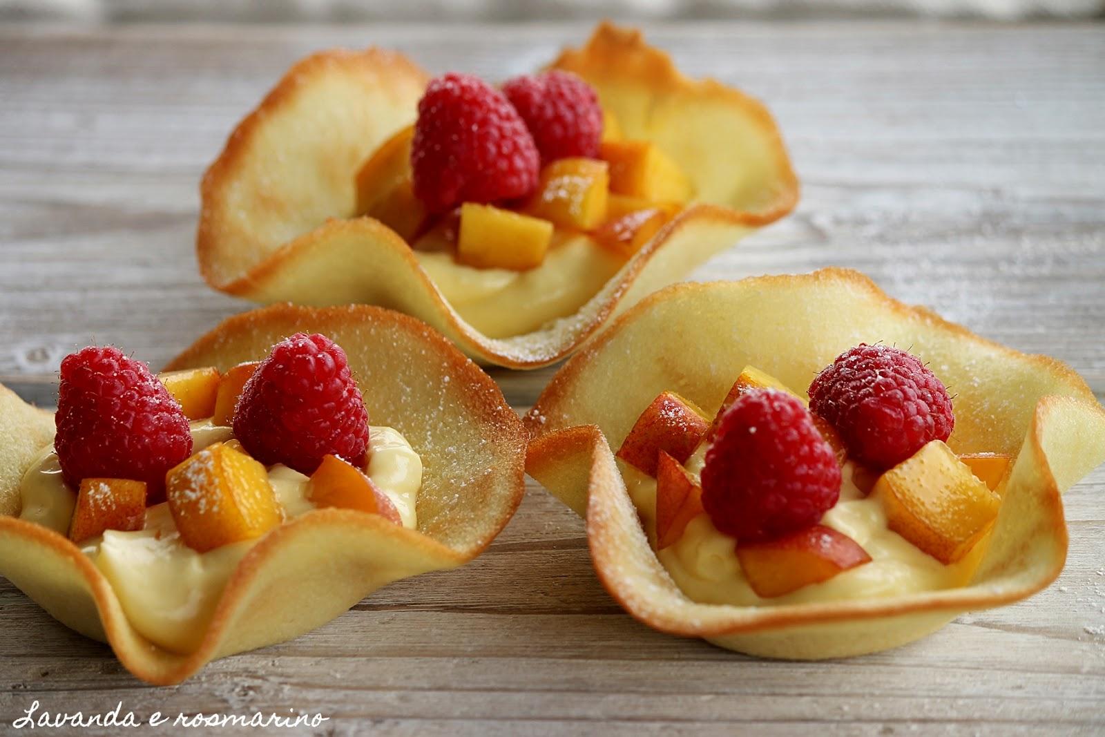 Cialde con frutta e gelato