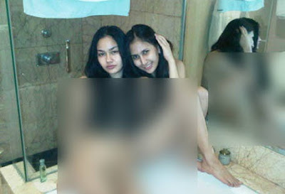 Foto Hot Dewi Cinta kamar mandi