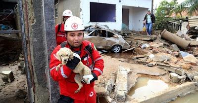 Adutora de água rompeu em Campo Grande, Zona Oeste do Rio, causando destruição e morte.