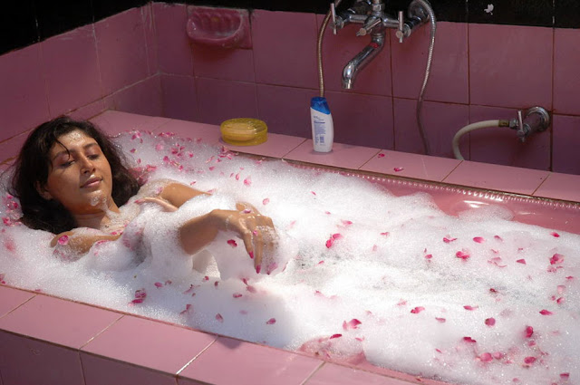 sakshi movie in bathtub latest photos