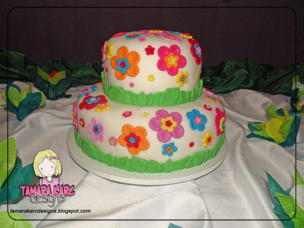 Cupcakes de baunilha com recheio de brigadeiro e decorado com pasta