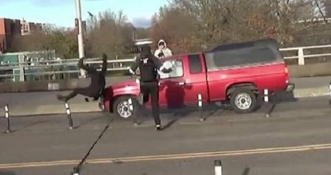 ΗΠΑ:«Αντίφα» οπλισμένος με μαχαίρι ήθελε να διακόψει εκδήλωση χριστιανών και διασχίζοντας τον δρόμο τον χτύπησε φορτηγάκι VIDEO