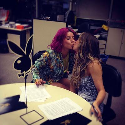 """E enquanto a publicação não vem, confira as fotos de Carol Narizinho e Thaís Bianca publicadas na seção """"Coelhinhas da Playboy"""" no portal """"Terra"""" e em seus perfis no Twitter!"""