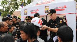Tokobagus Ada bule di PosKo Mudik Lebaran membagi - bagikan helm SNI gratis