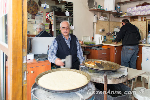 Yusuf Usta köz ateşinde künefeleri pişirirken, Çınaraltı künefe Antakya Hatay
