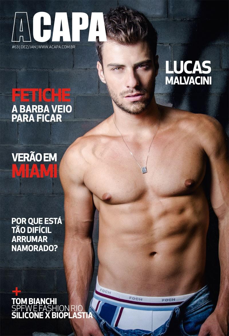 Lucas Malvacini mostra o corpo sarado na capa da edição de dezembro da revista A Capa.